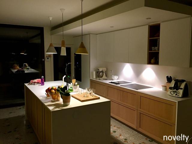 Cocina modelo Dica Soho con isla central y baldosas hidráulicas